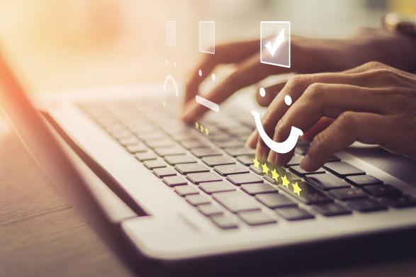 Customer typing online reviews Jorge Razo - Entrenador de emprendedores digitales 5 secretos para obtener excelentes críticas de los clientes
